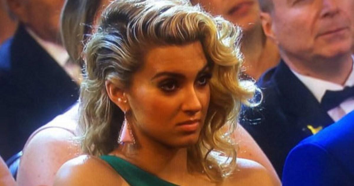 Tori Kelly Pulls Face At Taylor Swifts Grammys 2016 Speech