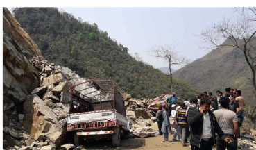 मुग्लिनमा पहिरो: दर्जन गाडि पुरिए,२ जनाको मृत्यु