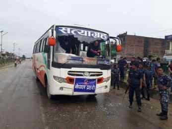 राजपाको आतंक : प्रहरी सवार बसमा माथि आक्रमण