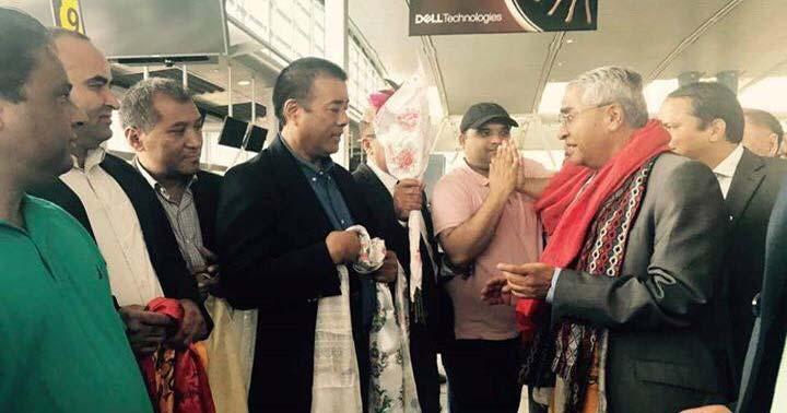 अमेरिका आइपुग्नुभएका प्रधानमन्त्री देउवालाई विमानस्थलमा स्वागत