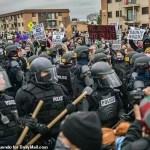 【弗洛伊德案庭审15天 接近尾声 全美警察严阵以待 抗议示威一触即发】