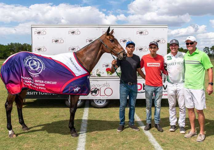 Best Playing Pony Mac Pie, played by Juan Martin Obregon and presented by James Miller. Pictured with Hugo and Tito Esquivel.