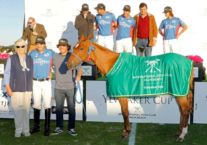 Best Playing Pony Fino Conejo, played and owned by Benjamin Avendaño and presented by Gil Johnston. Pictured with Jano Vallejos.