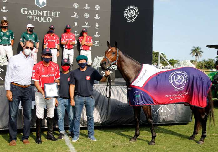 Best Playing Pony USPA Gold Cup® Final: Caña Monjita Coronada, played by Adolfo Cambiaso and presented by USPA Eastern Circuit Governor Joe Muldoon. Pictured with Rito Avalos and Juan Martin Aneas.