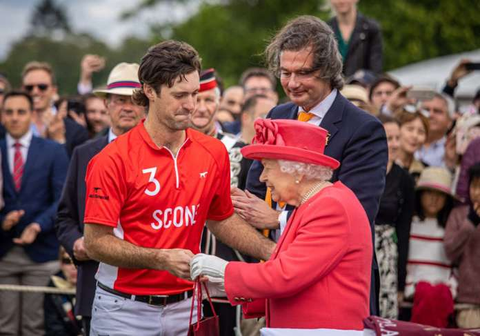 Nico Pieres with the queen