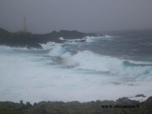 Faro Punta Spalmatore - mare molto mosso