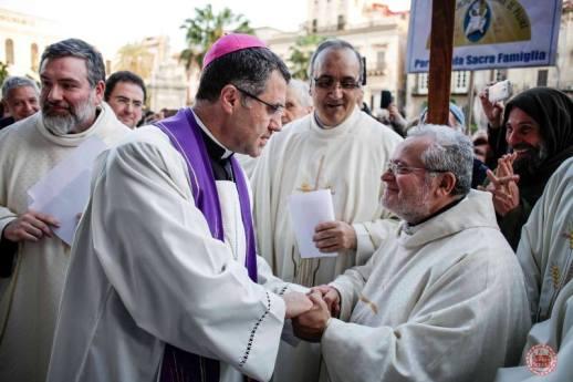 l'Arcivescovo di Palermo Mons. Corrado Lorefice saluta affettuosamente Padre Alessandro Manzone