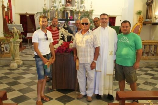 Padre Vincenzo Basiricò con portatori vara Madonna della Croce