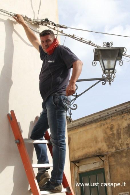 Operaio SIRTI ripara telefoni in via Calvario