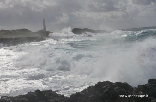 Faro punta spalmatore mare molto mosso