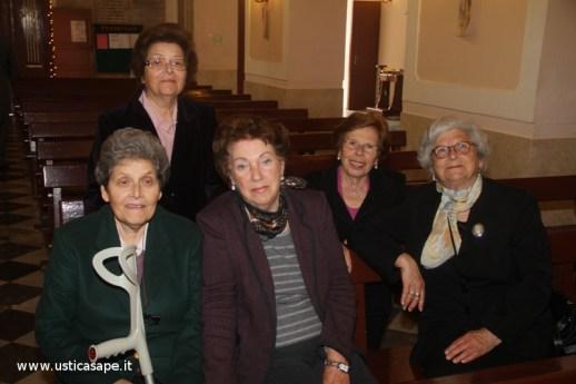 una signora e quattro signorine dopo la Messa