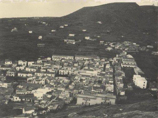 Ustica, veduta paese e sullo sfondo la Stazione Meteo (semaforo)