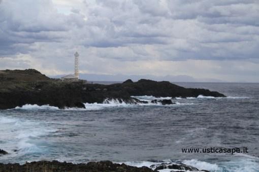 Faro con sfondo montagne di sicilia