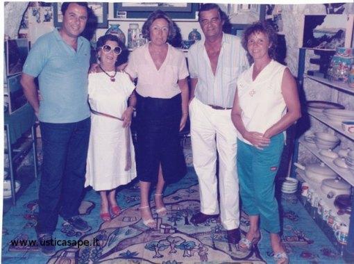 """Foto ricordo nella """"Bottega d'Arte"""" di Nino Bertucci"""