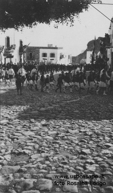 La piazza principale con ciottoli originali di Ustica