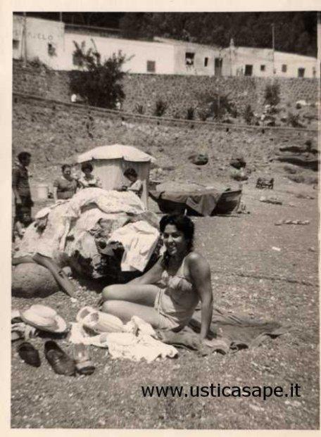 Ustica, bagnanti a Cala Santa Maria