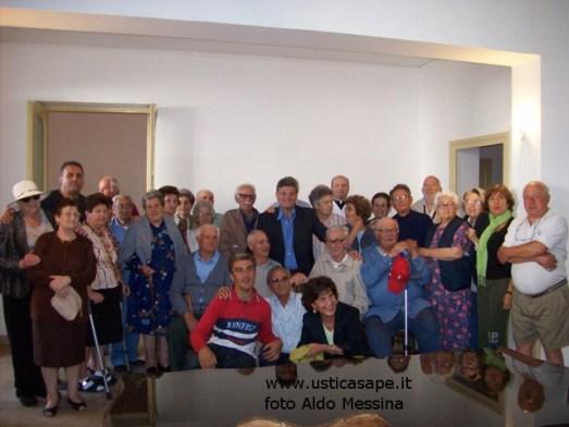 Gli anziani di Ustica, una foto ricordo con il Sindaco