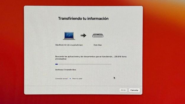 Imagen de una pantalla de ordenador en la que se ve la transferencia de archivos de un MacBook Air a un Mac mini.