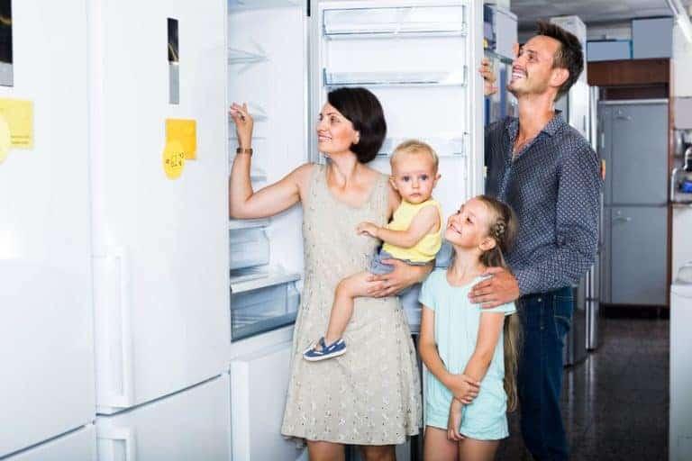 Una famiglia scegliendo il frigorifero