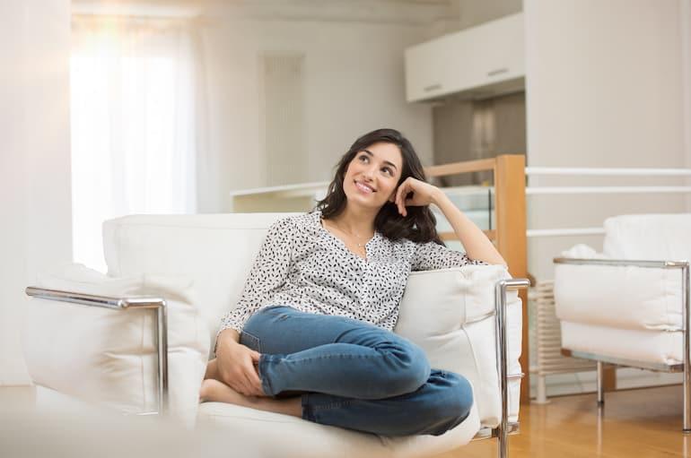 Donna nel suo soggiorno