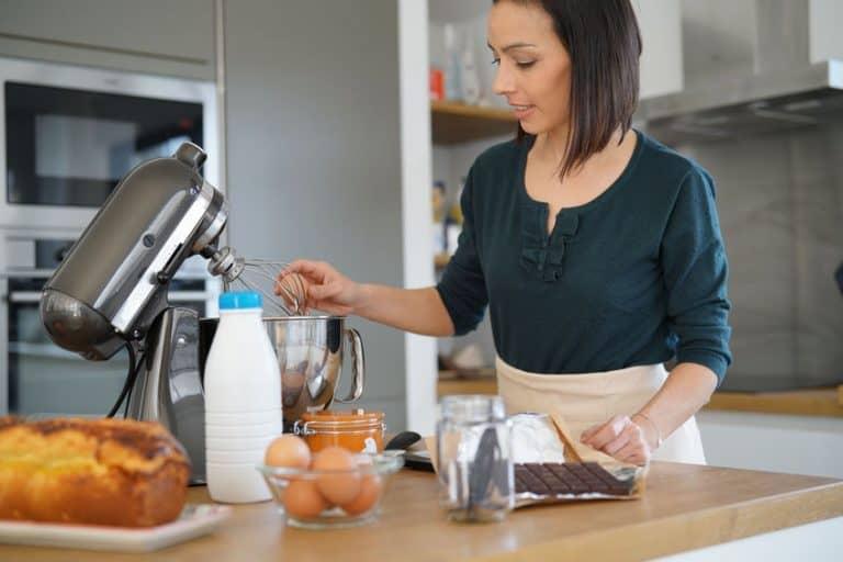 Donna che usa un robot da cucina