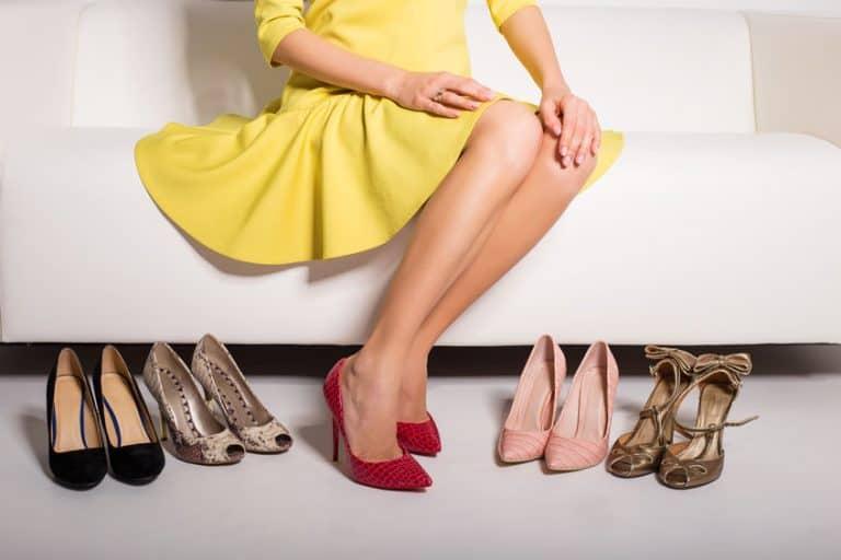 Donna con varie paia di scarpe