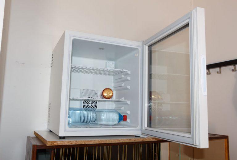 Un mini congelatore aperto