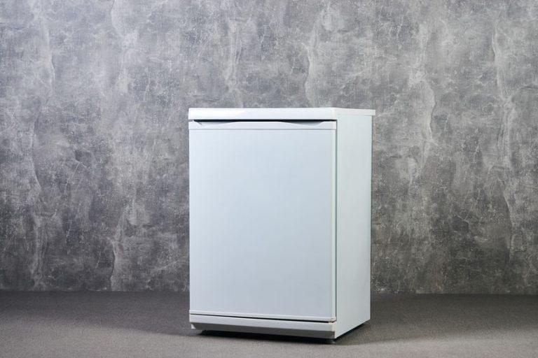 Un mini congelatore verticale