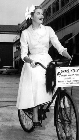 3. Grace Kelly na biciklu dolazi u filmski studio 1954 godine.