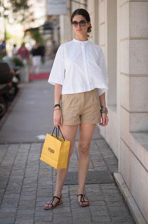bela siroka bluza krem sortc i jednostavne crne sandale