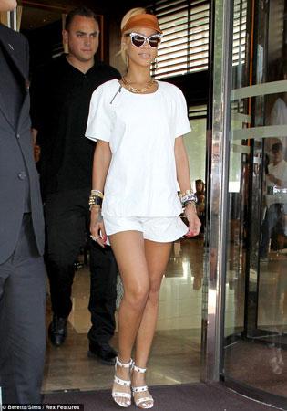 bela bluza beli sortc i nakit
