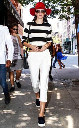 prugasta bluza bele pantalone