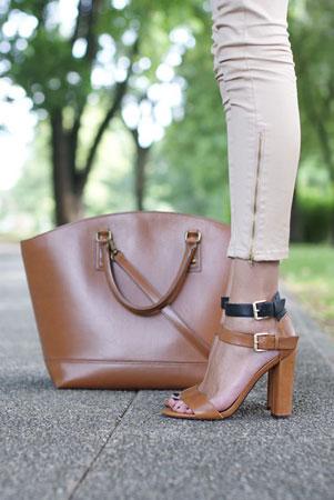 cipele i torba u istoj neutralnoj boji