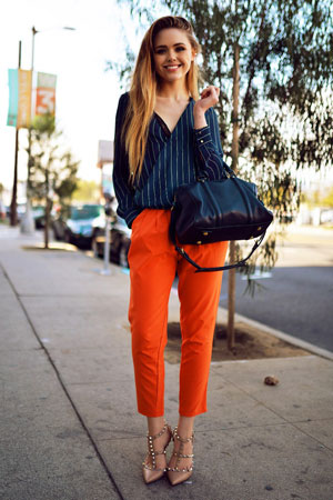 narandzaste pantalone i bluza sa prugama