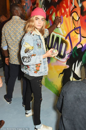 Cara Delevigne ukrasena teksas jakna
