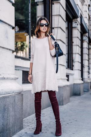 nezno roze dzemper haljina i burgundi cizme iznad kolena