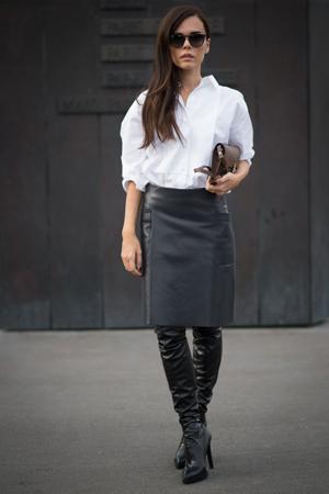 bela kosulja suknja i cizme iznad kolena