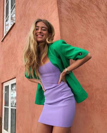 lila haljina i zeleni sako