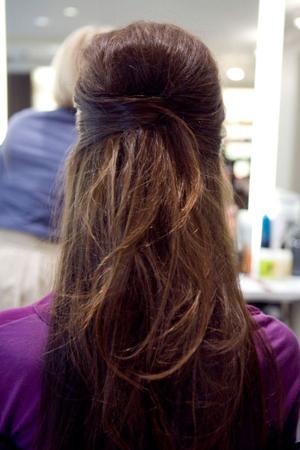 frizure za proleće 2020 -polupodignuta kosa pricvrscena snalama