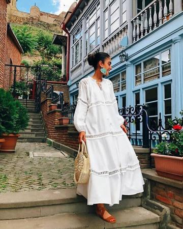 ravne sandale uz belu dugu haljinu
