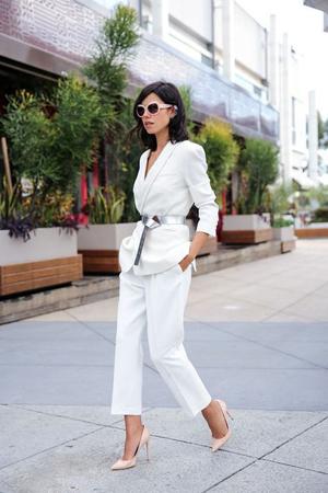 sako i bele pantalone
