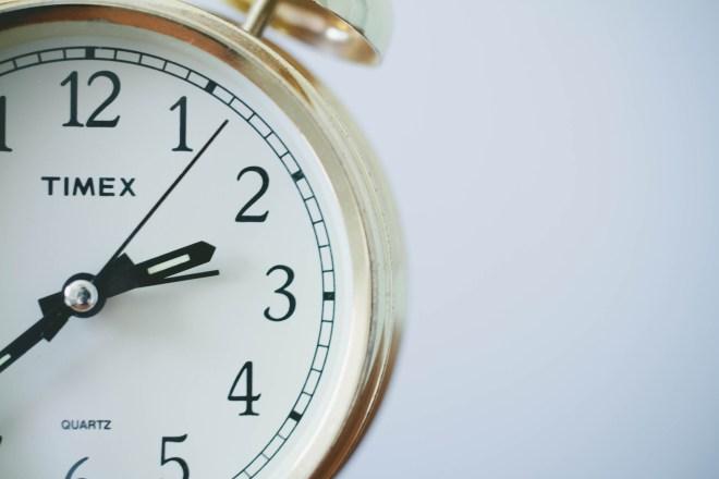 Bild på en klocka i guld.