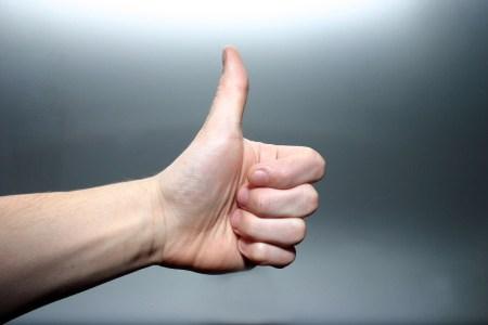 En hand som gör tummen upp.
