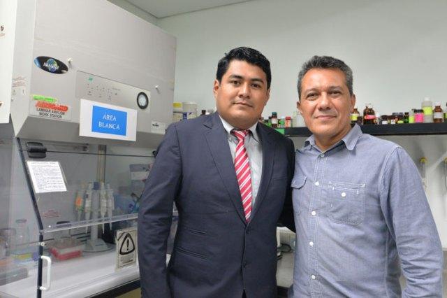 El universitario con su director de tesis, Mauricio Luna Rodríguez, gerente técnico del Latex
