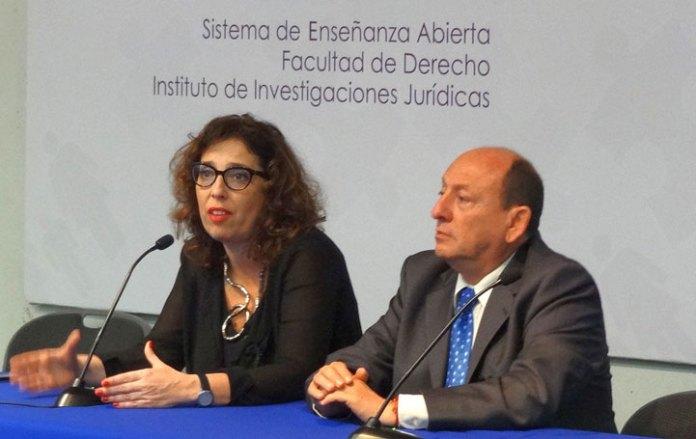 María Victoria Pellegrini, acompañada de Aníbal Guzmán Ávalos, académico de la UV
