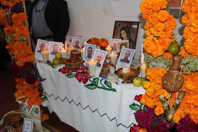 El Fesapauv dedica altar de Día de Muertos a académicos que fallecieron en este año