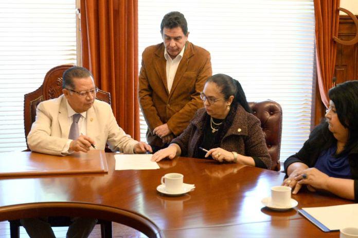 El gobernador interino, Flavino Ríos Alvarado, y la rectora, Sara Ladrón de Guevara, firmaron el instrumento público