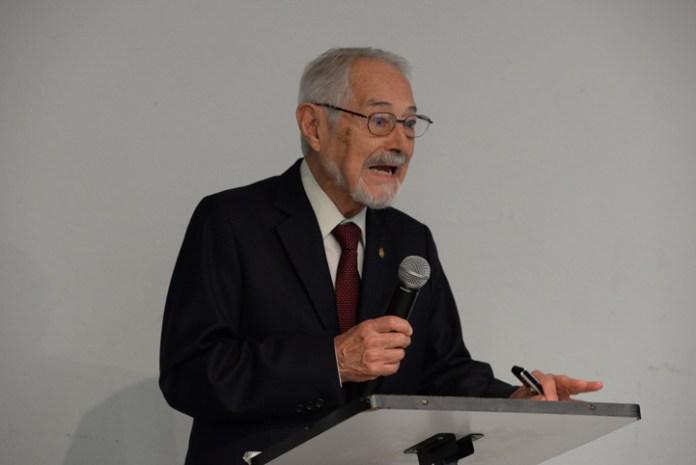 Ruy Pérez Tamayo, investigador emérito de la UNAM, impartió una conferencia en la UV