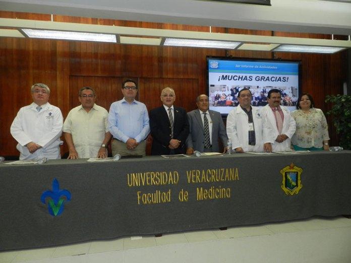 Pedro Gutiérrez, acompañado de funcionarios en su informe de actividades