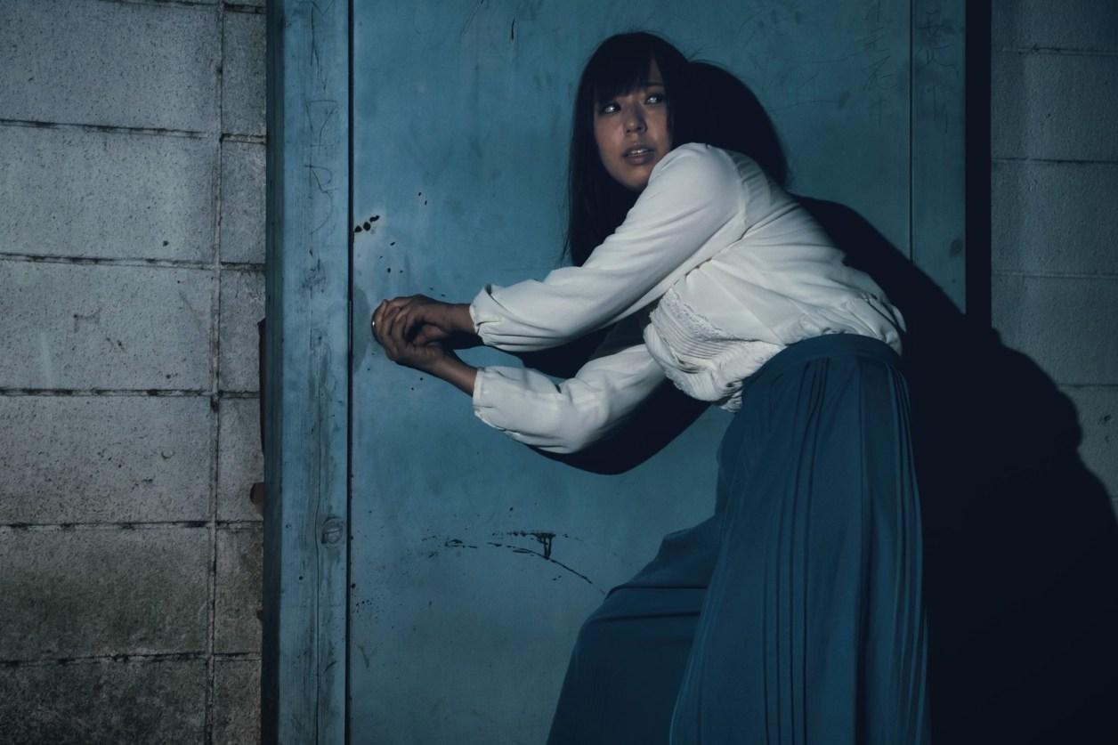 ストーカー 逃げる 女性 ドア